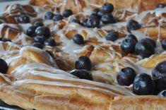 Vandbakkelse opskrift med glasur og blåbær   nogetiovnen.dk Sweet Tooth, French Toast, Amanda, Yummy Food, Breakfast, Ethnic Recipes, Desserts, Vanilje, Morning Coffee