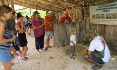 """A guide giving some explanations to a """"small"""" tourist! - Outback Safari Tour"""
