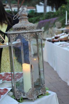 #allestimento romantico con lanterne marocchine disposte su un buffet di un #party di un #matrimonio. Organizzazione by Rossella Celebrini #catering #food #wine #servizipermatrimoni #weddingservices #cucinaelbana #cucinatoscana #cucinacasalinga #decorazionibuffet #allestimentobuffet #dettaglibuffet #lanterna #candele #romantico #elba #weddinginspiration #weddingideas #creativeweddings #elegantweddings #elegantstyle #elbaper2 #minervarte #weddingelba #style #weddingdesignerelba…