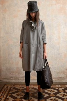 The ultimate apron Quoi Porter, Fashion Plates, Mom Style, Fashion Outfits, Womens Fashion, Gray Dress, What To Wear, Summer Outfits, Style Inspiration