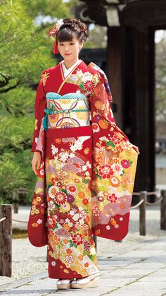 Pretty lady in National costume of Japan - the kimono. Traditional Japanese Kimono, Traditional Fashion, Traditional Dresses, Japanese Beauty, Japanese Girl, Furisode Kimono, Kimono Japan, Kimono Design, Japanese Costume