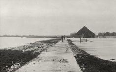 Watersnoodramp 1916 <br><i>Begin van overstroming over den Kloosterdijk in het waterland de polder Overleek bij Monnikendam 14 januari 1916</i>