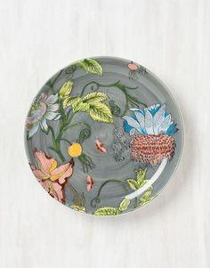 Underbart keramikfat med ett vackert blommönster på grå botten. Fatet har mått 30 cm i diameter. Använd som fruktfat eller uppläggningsfat till kalas.