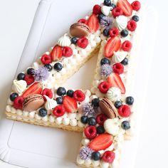 Hey ! Jespère que vous allez bien La recette du number cake vanille et fruits rouges vous attend sur le #blog (lien dans mon profil ) ______ Bel après-midi à vous ! . . . . #numbercake #cake #recette #recipe #newrecipe #instarecette #birthdaycake #vanille #genoise #fraise #framboise #flowers #myrtilles #gateau #homemadefood #foodphoto #foodpics #lesyeuxgrognons #patisserie #macarons #ganache #happyday