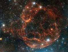 La nebulosa de Spaghetti (designado Simeis 147 y Sh2-240) es un remanente de supernova extremadamente débil, bastante grande de sobre 150 años luz, situado unos 3.000 años luz de distancia en la constelación de Tauro. La violenta explosión estelar que creó la nebulosa deja atrás todo lo que queda del núcleo de la estrella original una estrella de neutrones giratoria conocido como pulsar PSR J0538 + 2817. Imagen: Imagen: Digitized Sky Survey, ESA/ESO/NASA