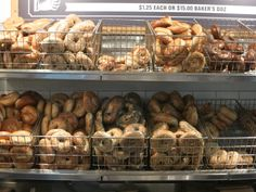 Lots of different types of bagels, displayed in baskets in a bagel store Ny Bagel, New York Bagel, Bagel Shop, Bagel Basket, Types Of Bagels, Coffee And Bagel, Bagel Sandwich, Shop Front Design, Shop Interiors