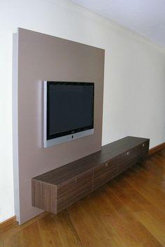 Met tv achterwand die als het ware door het zwevende dressoir heenloopt. vandenboominterieurdesign.nl
