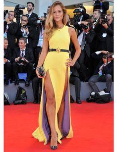 Natasha Borges optó por un vestido muy atrevido de Fausto Puglisi. http://www.marie-claire.es/moda/tendencias/fotos/festival-de-venecia-2013-alfombra-roja/natasha-borges