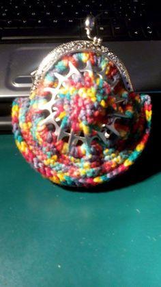 Cartera multicolor hecha con las anillas de las latas de refresco.  #crochet #ganchillo #handmade  #purse #poptabs #anillas  https://www.facebook.com/ovilladans/