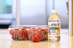 Use Vinegar And Water To Extend Shelf Life Of Strawberries, And Other Summer Fruit Picking Tips Ripe Fruit, Fresh Fruit, Food Fresh, How To Store Strawberries, Storing Strawberries, Storing Fruit, Fresco, Conservation, Heinz Vinegar