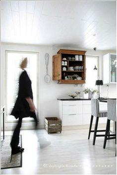 Tässä kodissa keittiössä on sekoitettu uutta ja vanhaa. Raidalliset tuolinpäälliset tuovat keittiöön raikkautta