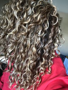 #curls #hair #highlights Dyed Curly Hair, Colored Curly Hair, Curly Hair Cuts, Curly Hair Styles, Permed Hairstyles, Down Hairstyles, Dyi Hair Color, Blonde Highlights Curly Hair, Grey Hair Over 50
