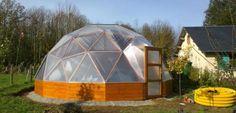 Blesle (Haute-Loire). La serre en forme de dôme existe en plusieurs tailles et est fabriquée dans le département.