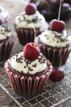 Schwarzwalder cupcakes - sjokoladecupcakes med krem og kirsebær...  #muffins #cupcakes #sjokolade #schwarzwalder #kirsebær #cherries #blackforest #chocolate #easyrecipes #lettvint #baking #sjokolademuffins Cupcake Recipes, Peanut Butter, Caramel, Muffins, Birthday Parties, Vanilla, Lemon, Cupcakes, Chocolate