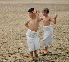 Prince Charles and Princess Anne playing on sand 1957 - Retronaut
