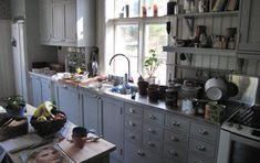 Köket! Färg på luckor, handtag plus öppna hyllor i samma färg. Vitt i övrigt på väggar.