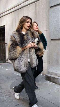 Abrigo de piel: El abrigo fur será lo más chic del 2017 - Abrigo fur con zapatillas