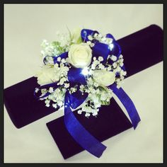 Simple white rose corsage glammed up with royal blue ribbon & cool LED lights. Gold Corsage, White Corsage, Flower Corsage, Homecoming Corsage, Homecoming Dance, Senior Prom, Prom Flowers, Wedding Flowers, Royal Blue