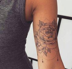 Tatuaggi donna, idea per un tattoo femminile sul braccio con una rosa e petali di colore nero