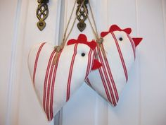 Decorative Chicken Hanging Hearts - try making this into a bird. Again - a simple idea, outside my scope of imagination. Sewing Crafts, Sewing Projects, Craft Projects, Diy Crafts, Easter Crafts, Christmas Crafts, Christmas Ornaments, Chicken Crafts, Fabric Hearts