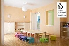 Im Gruppenraum halten sich die Kinder länger auf als in anderen Räumlichkeiten – Schutz und Geborgenheit sind hier wichtige Gestaltungsaspekte, die durch die warme, Ton-in-Ton Konzeption mit bewußt gesetzten Farbakzenten zum Ausdruck kommt.