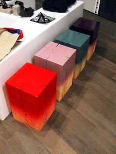 bancos coloridos de tronco de árvore