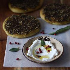 """Esfiha de Zahtar com Coalhada Caseira: ótima opção para quem não come carne esse recheio é simples fácil e delicioso. A massa da esfiha está no blog e para o recheio basta usar zahtar misturado com azeite na mesma proporção. Quem quiser fazer a coalhada basta buscar no blog. Tem dica no final do post """"bolinhas ds coalhada"""". Bom retorno de feriado! #coalhada #esfiha #zahtar by goriahuk"""
