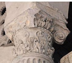 Capitello composito di probabile epoca augustea reimpiegato sopra le colonne del portico davanti l'Ara massima di Ercole, inglobate nella parte anteriore della basilica di Santa Maria in Cosmedin