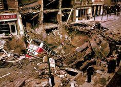 A Segunda Guerra Mundial em cores e detalhes como você nunca viu – Pop Sapiens Uma bomba alemã de 1.000 libras explode em uma rua de Londres. Ao tentar fugir do bombardeiro, o ônibus cai na cratera deixada pela bomba. A estação de metro também foi alcançada. Matou 29 civis e cinco soldados.