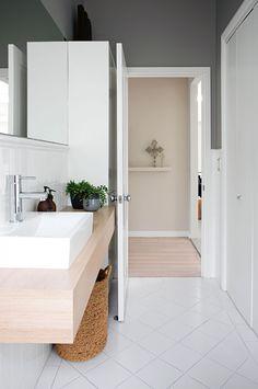 Inspiration #déco et #aménagement pour une petite salle de bains.  http://www.m-habitat.fr/par-pieces/sanitaires/comment-optimiser-l-espace-dans-une-petite-salle-de-bain-2691_A