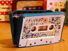 Monedero handmade hecho con cinta de cassette modelo pintura azul