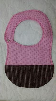 Babador, mantenha o seu bebê limpo durante as refeições. Acabamento quilting livre, fechamento em botão de pressão inoxidável e estruturado em manta acrílica.