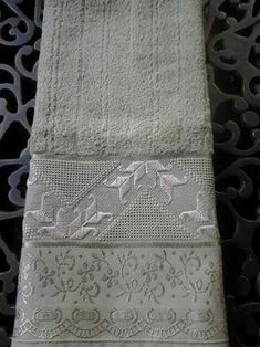 Discover thousands of images about ponto reto toalha de banho ile ilgili görsel sonucu Hand Embroidery, Embroidery Designs, Made A Mano, Bordados E Cia, Swedish Weaving, Drawn Thread, Just Cross Stitch, Needlepoint, Ravelry