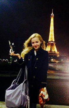 Dove Cameron en Paris con su peluche que más se puede decir.: