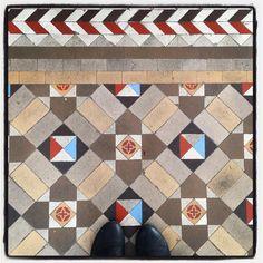 #Sabiasque una de nuestras habitaciones aún conserva unos preciosos #sueloshidraulicos originales del siglo pasado? Ven a disfrutar de unas instalaciones nuevas y camina al mismo tiempo sobre un bonito pedazo de historia de #barcelonamodernista !  #hostallivebarcelona #baldosashidraulicas #baldosas #tiles #cementtiles #tilesaddiction #barcelona #modernismo #hostal #alojamiento #bedroom #interiorism #habitacion #originalfloors #floors #tileaddiction by hostallivebarcelona