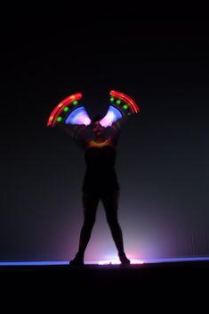 Malabares de luzes em eventos corporativos Humor e Circo Eventos. Contate-nos humorecirco@gmail.com (11) 97319 0871 (21) 99709 6864 (73) 99161 9861 whatsapp. Shows, Darth Vader, Humor, Concert, Fictional Characters, Festivals, Lights, Corporate Events, Artists