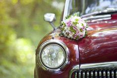 bouquet de freesias et santinis verts fixé sur le capot de la voiture mariage