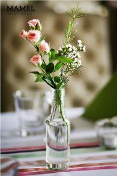 Dekoracja stołu - buteleczki z bukietami na stołach