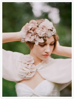 Love the vintage style headpiece.