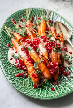 caramel carrots with tahini and pomegranate. Big vegetable love hot off the tin! - Gourmet - Oven caramel carrots with tahini and pomegranate. Big vegetable love hot off the tin! -Oven caramel carrots with tahini and pomegranate. Vegetable Recipes, Vegetarian Recipes, Healthy Recipes, Gourmet Recipes, Roh Vegan, Grenade, Four, Summer Recipes, Healthy Snack Foods