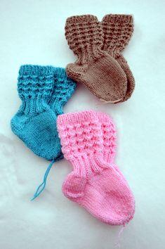 Ravelry: Lise-Loten pikkuiset sukat pattern by Paula Loukola Knitting For Charity, Knitting For Kids, Knitting Socks, Hand Knitting, Knit Baby Dress, Knit Baby Booties, Crochet Baby Shoes, Baby Boy Knitting Patterns, Knitting Designs