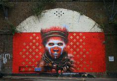 """Vor 1 1/2 Jahren haben wir mal ein Porträt des britischen Künstlers Dale Grimshaw gebracht, seither haben wir ihn auf dem Schirm und freuen uns, Euch das allerneueste Werk von ihm aus Camden/London päsentieren zu dürfen. Wie so oft nutzt Grimshaw typische """"Tribes People"""" als Teil seiner Kunst, insgesamt erneut eine sehr eindringliche Optik, die nicht zuletzt durch die Auges... Weiterlesen"""