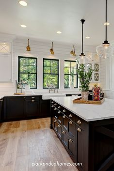 Black, white and antique brass are a classic finish combination in this Modern Farmhouse kitchen. Black, white and antique brass are a classic finish combination in this Modern Farmhouse kitchen. Farmhouse Style Kitchen, Modern Farmhouse Kitchens, Black Kitchens, Home Decor Kitchen, Kitchen Interior, New Kitchen, Home Kitchens, Antique Kitchen Decor, Black Kitchen Cabinets