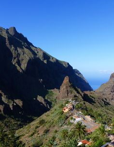 tenerife, canary islands - there is a restaurant on the side of this mountain, that makes the BEST vieja ropa youve ever tasted! Vacation Wishes, Vacation Spots, Beautiful Places To Visit, Beautiful Beaches, Holiday Places, Canario, Canary Islands, Spain Travel, Nature Photos