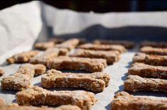 Hundekekse selbstgemacht. Schnelle Rezepte. | Tierischer-Urlaub.com Dog Treats, Cookies, Desserts, Food, Aussies, Dog Biscuits, Bakeware, Quick Recipes, Homemade