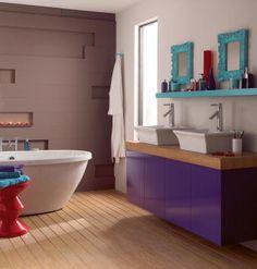 banheiro com móvel roxo