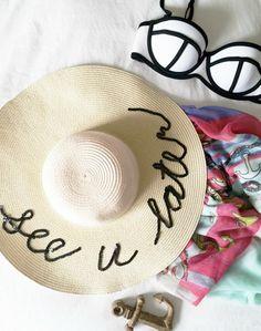 No se si estarás al tanto pero este verano se han puesto de moda los sombreros de playa con frases . La diseñadora de complemento s Eu...
