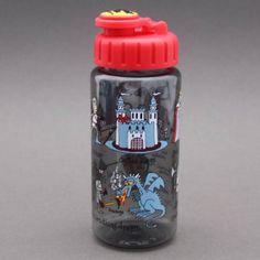 Gourde Chevaliers Tyrrell Katz sans BPA Système d'ouverture et fermeture facile à manipuler par un enfant 17 cm de haut et 6 cm de diamètre, contient 400 ml, le poids et la quantité idéale pour un enfant. Les enfants vont adorer pour le sport, les goûters, les promenades, etc. Jolie idée cadeau.http://www.lilooka.com/fr/accessoires-enfants-ecole-gourdes-sacs-boite-a-gouter/1118-gourde-chevaliers-tyrrell-katz-sans-bpa.html