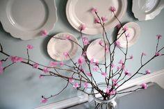 Decoración oriental DIY con una rama de cerezo hecha con flores de papel de seda