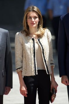 Queen Letizia of Spain Photos Photos - Princess Letizia of Spain attends the Luis Carandell Journalism Awards at Senado Palace on July 2012 in Madrid, Spain. - Prince Felipe of Spain and Princess Letizia of Spain attend 'Luis Carandell' Journalism Award Casual Chic, Royals Today, Chanel Style Jacket, Chanel Jacket Trims, Looks Style, My Style, Boucle Jacket, Queen Letizia, Royal Fashion